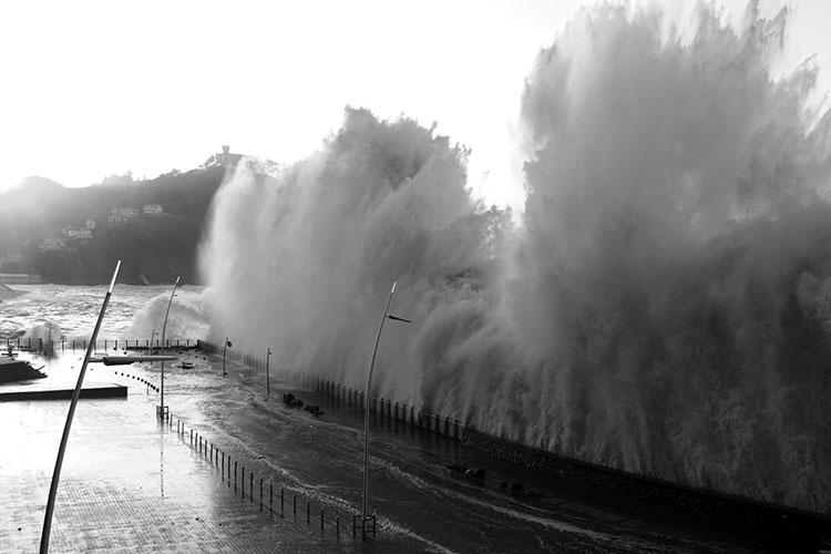 Grandes olas en San Sebastián