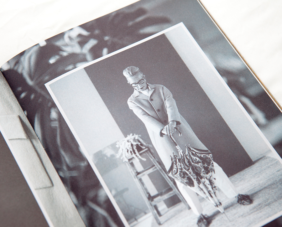 Modelo posando en catálogo de paraguas Ezpeleta