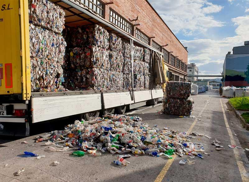 Reciclaje de botellas de plástico llegando a la planta de reciclaje de Eko-REC