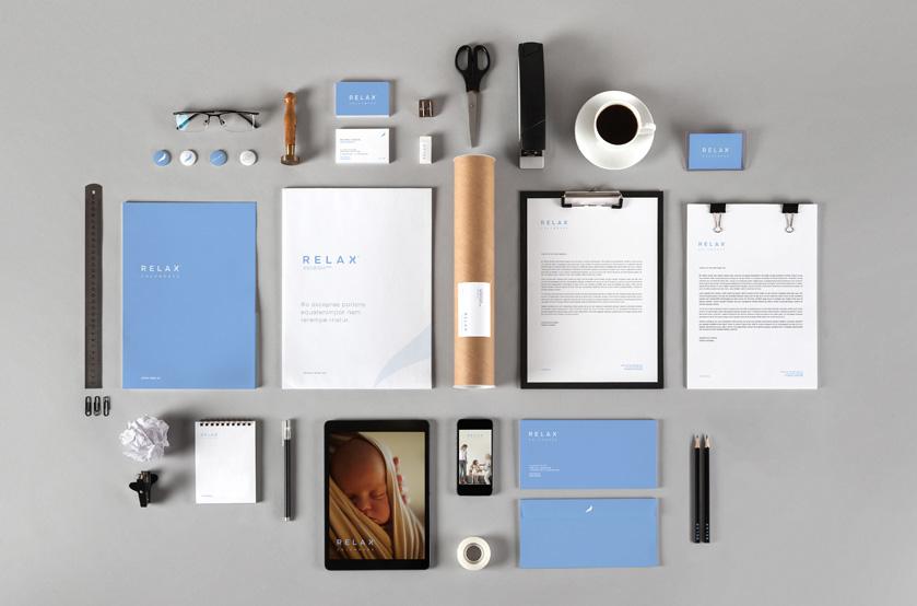 Papelería y aplicaciones diferentes de la nueva identidad corporativa de Relax