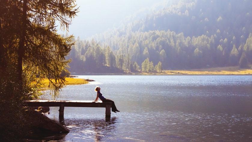 Rebranding de Colchones Relax. Hombre sentando frente a un lago reflexionando